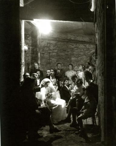 Communion dans un abri à Montrouge (Atelier Robert Doisneau)