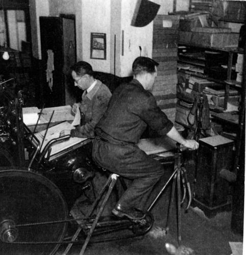Le cycliste active une dynamo pour produire du courant et faire fonctionner les machines.