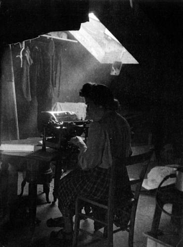 Femme à la machine à écrire
