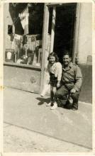 Marcjanna Marcinkowski devant le salon de coiffure de ses parents, résistants de Libération-Nord, le 25 août 1944.