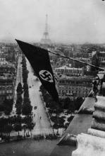 Drapeau nazi sur l'Arc de Triomphe, été 1940