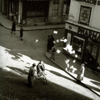 Lâcher de tracts, août 1944 (Coll. Atelier Robert Doisneau)